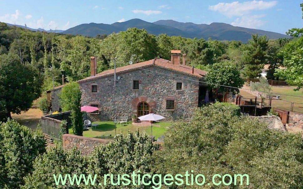 Finca rústica amb masia de turisme rural a Sant Pere de Vilamajor (Vallès Oriental)